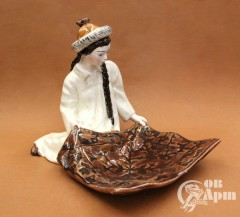 "Конфетница ""Киргизка с ковром"""